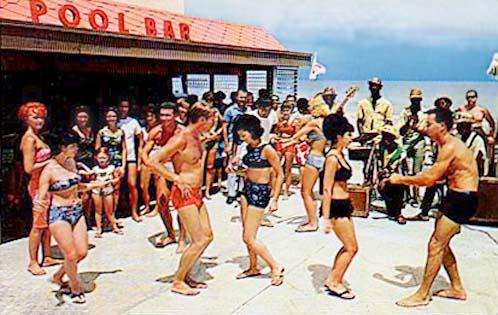 Άνδρες και γυναίκες χορεύουν στην παραλία