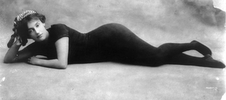 Απεικονίζεται η Annette Kellerman ξαπλωμένη φορώντας το ολόσωμο μαγιώ