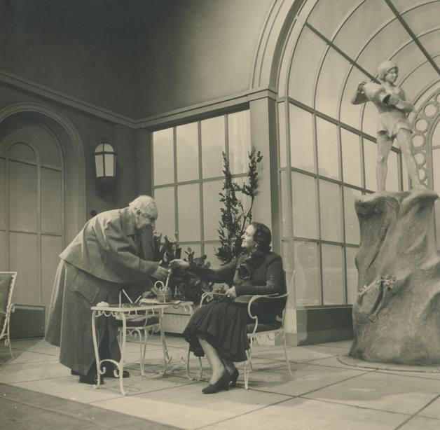 """""""Δάφνη Λωρεόλα"""" του Τζέιμς Μπράιντυ. Ο Αιμίλιος Βεάκης στο ρόλο του Σερ Τζόζεφ Πιτς και η Κυβέλη στο ρόλο της Λαίδης Πιτς. Σκηνοθετεί ο Κωστής Μιχαηλίδης το 1951."""