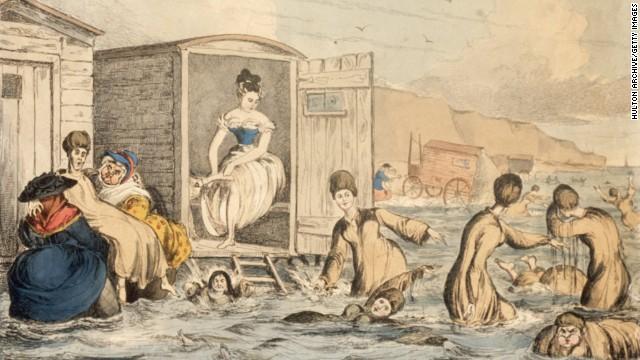 Απεικονίζονται οι γυναίκες του 1925 με τα λεγόμενα κουστούμια μπάνιου. Τα μανίκια τους αλλά και το κάτω μέρος του φορέματος ήταν φουσκωτά