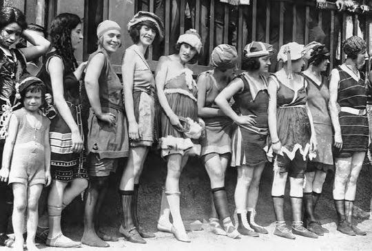 Απεικονίζονται πολλές γυναίκες που φοράνε το μαγιώ με το σκληρό ύφασμα