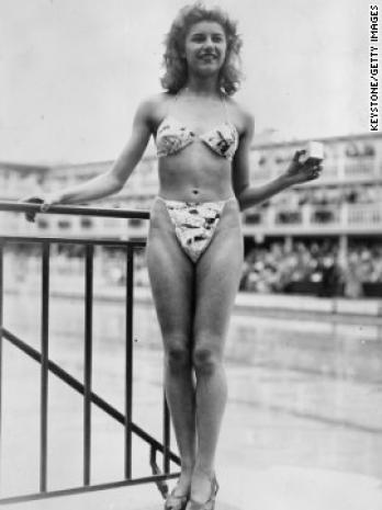 Απεικονίζεται η Μισελίν Μπερναρντινί φορώντας το πρώτο μπικίνι