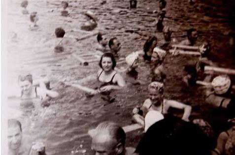Μια φωτογραφία ασπρόμαυρη της παλιά εποχής που μας δείχνει πως έκανε ο κόσμος μπάνιο