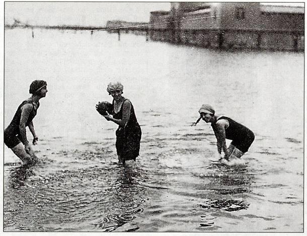 Τρεις γυναίκες με μακρια φορέματα απολαμβάνουν την θάλασσα