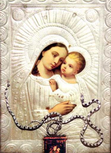 Απεικονίζεται η είκονα της Παναγίας της Φιδούσας και στην αγκαλιά της έχει τον Ιησού