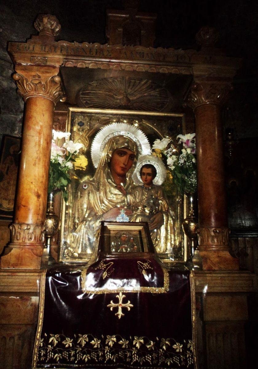 Απεικονίζεται η είκονα της Παναγίας της Ιεροσολυμιτισσας και στην αγκαλιά της έχει τον Ιησού