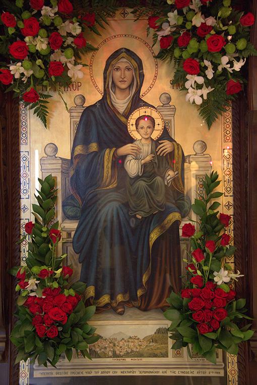 Απεικονίζεται η είκονα της Παναγίας της Τρικορφιώτισσα με τον Ιησού
