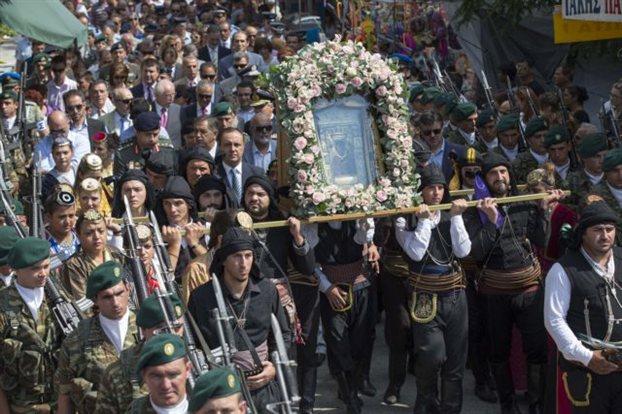 Πλήθος κόσμου έχει μαζευτεί για την περιφορά της εικόνα της Παναγίας της Σουμελά