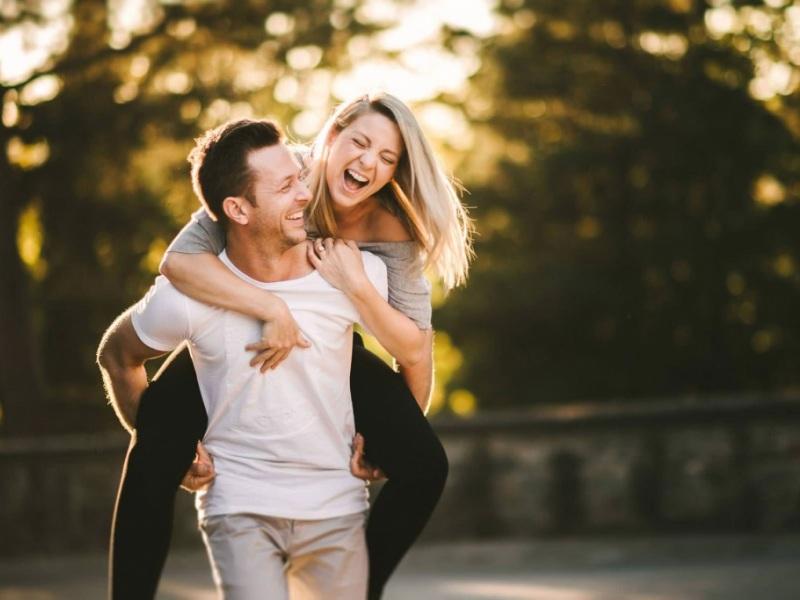 έρωτας διασκέδαση χαρά γέλιο ερωτευμενο ζευγάρι