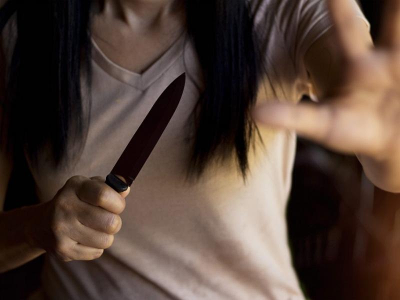 γυναίκα με μαχαίρι