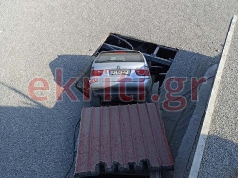 Το αυτοκίνητο έπεσε από ύψος 5 μέτρων στη στέγη μιας αποθήκης.
