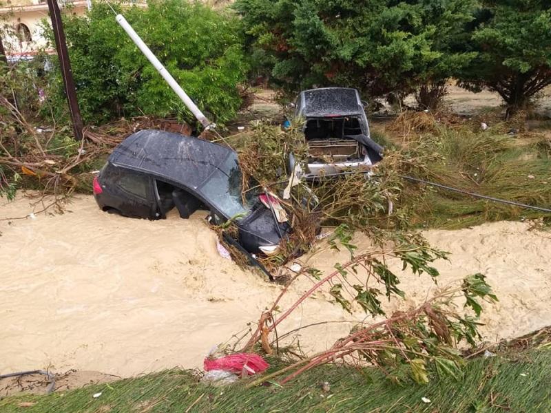 Οι κάτοικοι και οι διερχόμενοι οδηγοί κινδύνεψαν από τα ορμητικά νερά.