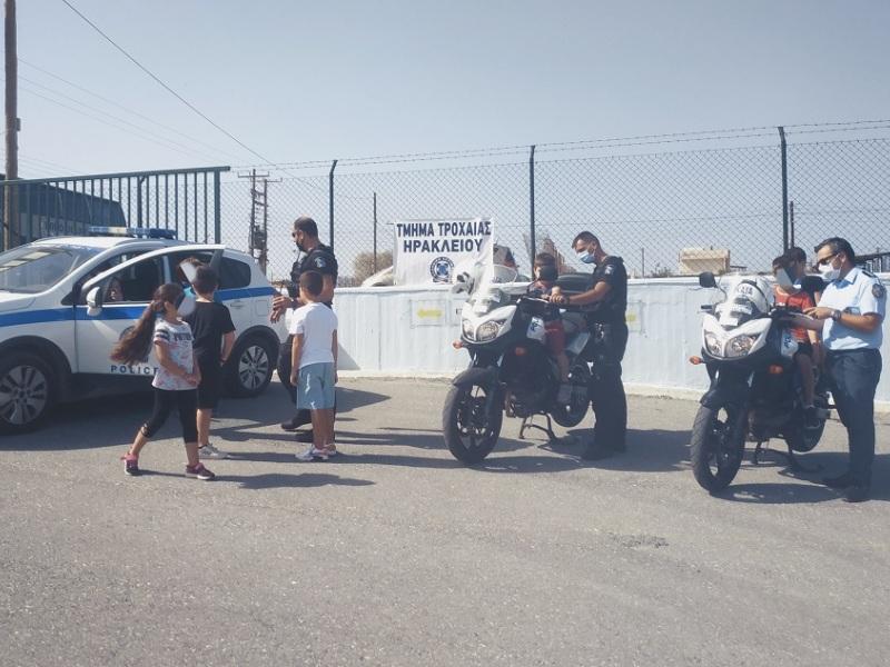 οι αστυνομικοί της τροχαίας ενημερώνουν τους μικρούς μαθητές