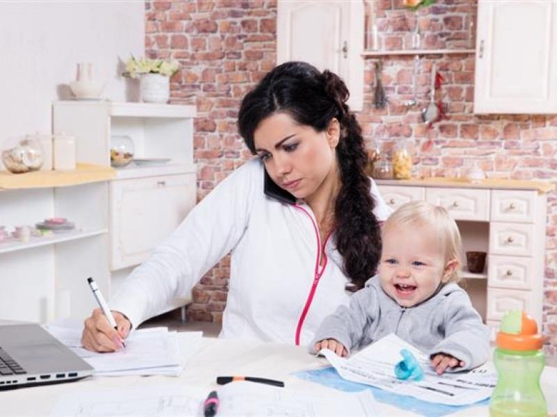 εργαζόμενη μητέρα