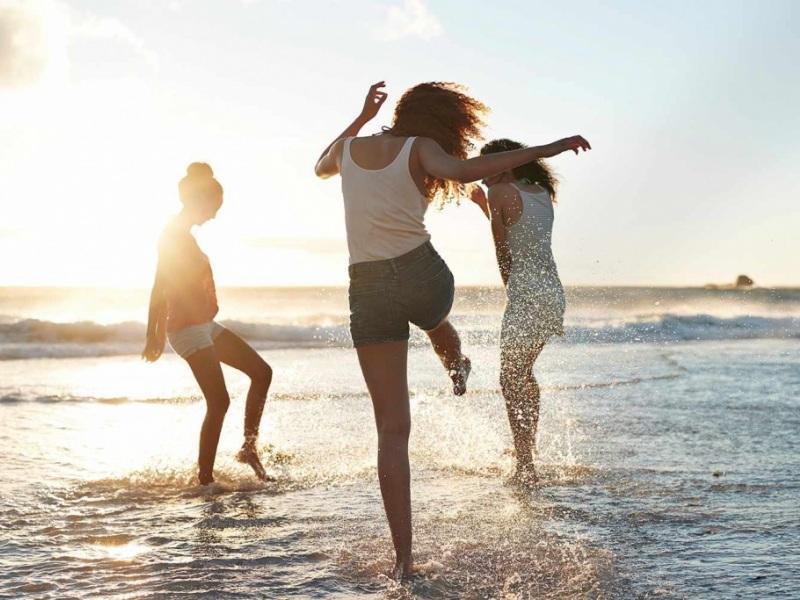 θάλασσα καλοκαίρι διακοπές γυναίκα