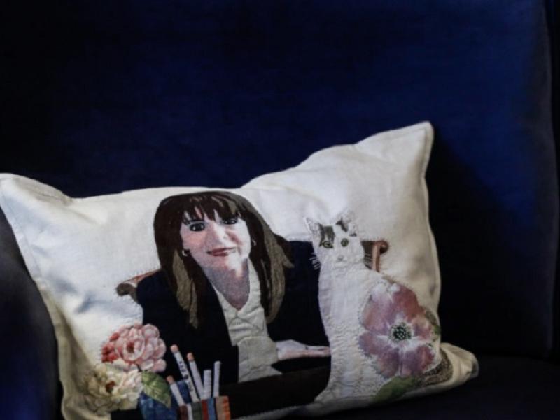 Η Κατερίνα Σακελλαροπούλου και η γάτα της σε... κεντητό μαξιλαράκι