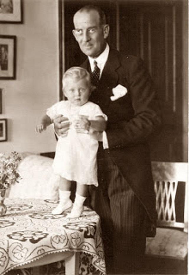 Ο πρίγκιπας Φίλιππος μωρό, στα χέρια του πατέρα του, πρίγκιπα Ανδρέα της Ελλάδος. Στην εξορία, 1922.
