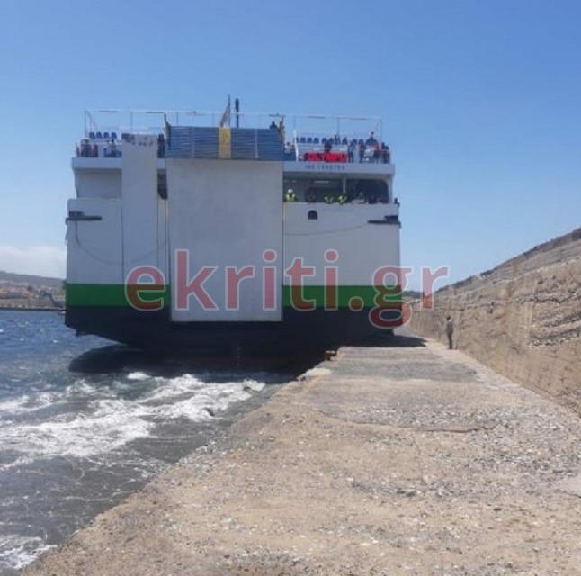 Προσπάθεια να δέσει στο λιμάνι κάνει ο καπετάνιος του
