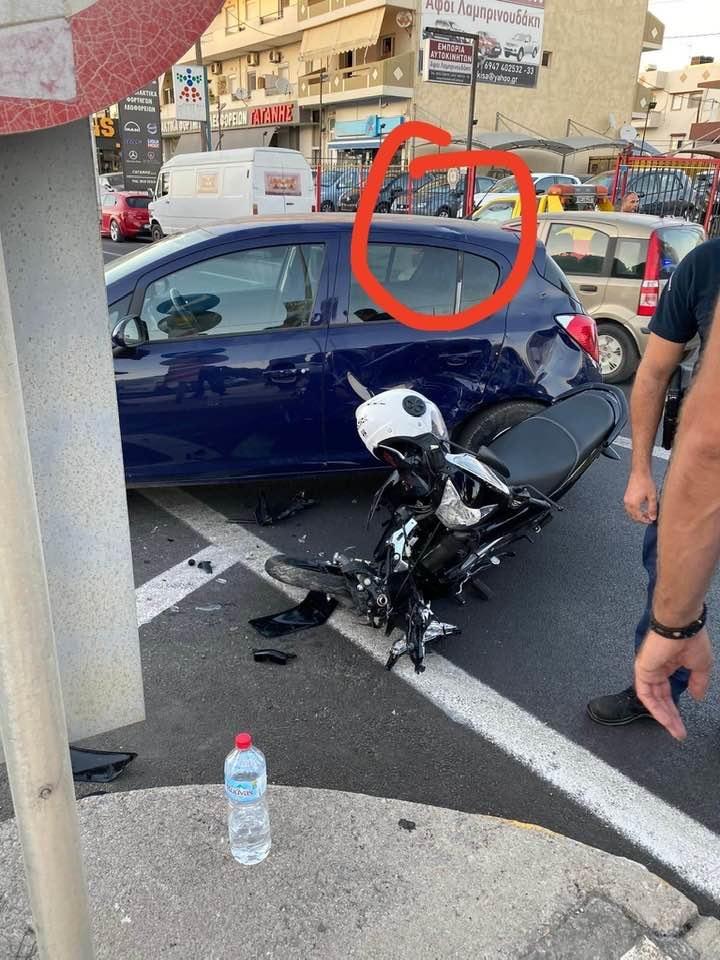 Ο νεαρός ευτυχώς φορούσε κράνος, το οποίο κρεμάστηκε στο τιμόνι μετά την παραλαβή του από το ασθενοφόρο
