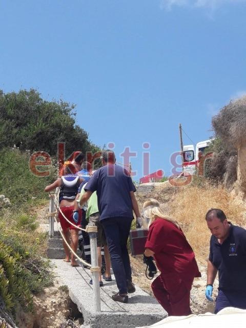 Οι διασώστες μετέφεραν τη γυναίκα πάνω από την ακτή, όπου περίμενε το ασθενοφόρο.