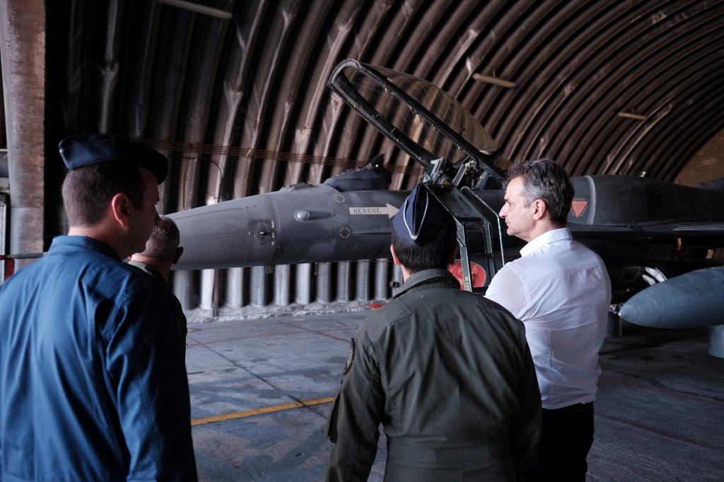 Ο πρωθυπουργός συνομιλεί με ιπταμένους και τεχνικούς της 340 Μοίρας.