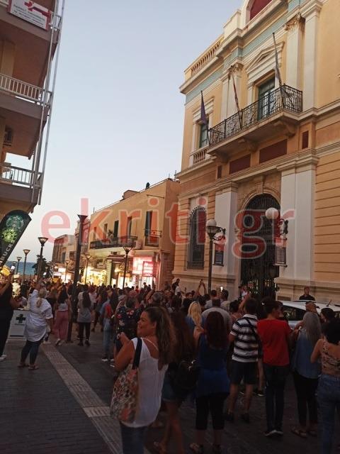Οι διαδηλωτές, μέσω των κεντρικών δρόμων της πόλης, κατέληξαν στην παραλιακή λεωφόρο.