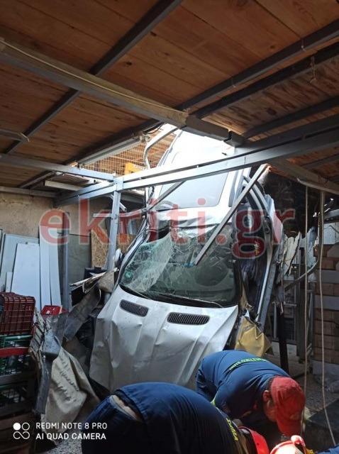 Το αυτοκίνητο καρφώθηκε στη στέγη της αποθήκης!