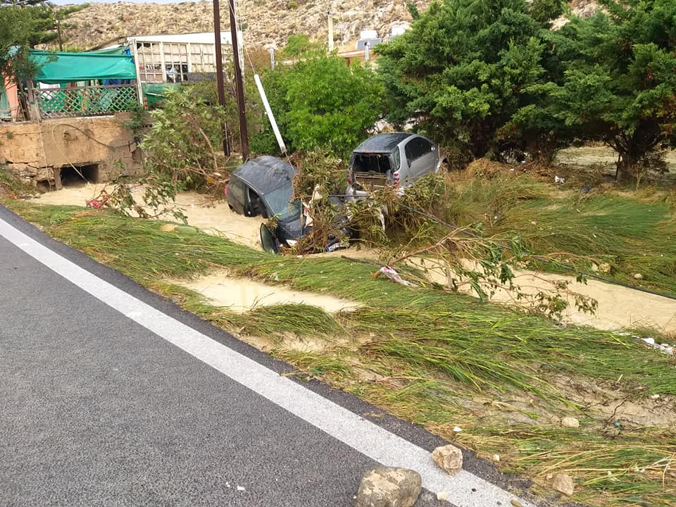 Τα οχήματα παρασύρθηκαν και κατέληξαν στο ρέμα!