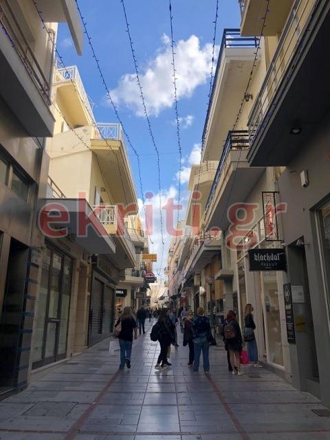Οι Ηρακλειώτες πραγματοποιούν τις αγορές τους στο κέντρο της πόλης
