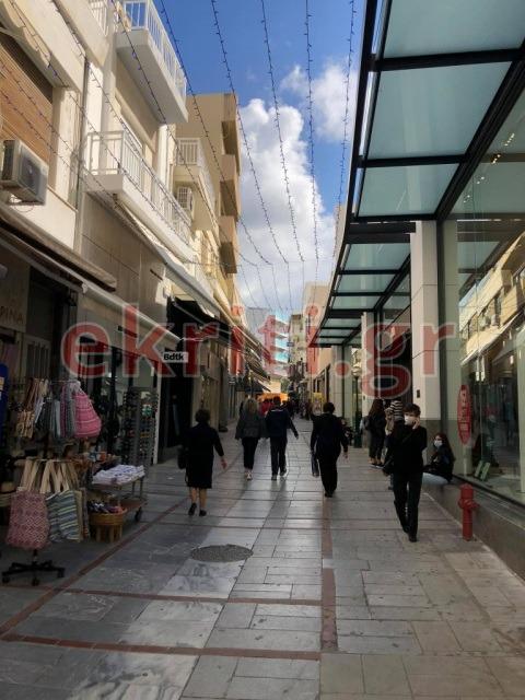 Αρκετός κόσμος στα εμπορικά καταστήματα της πόλης