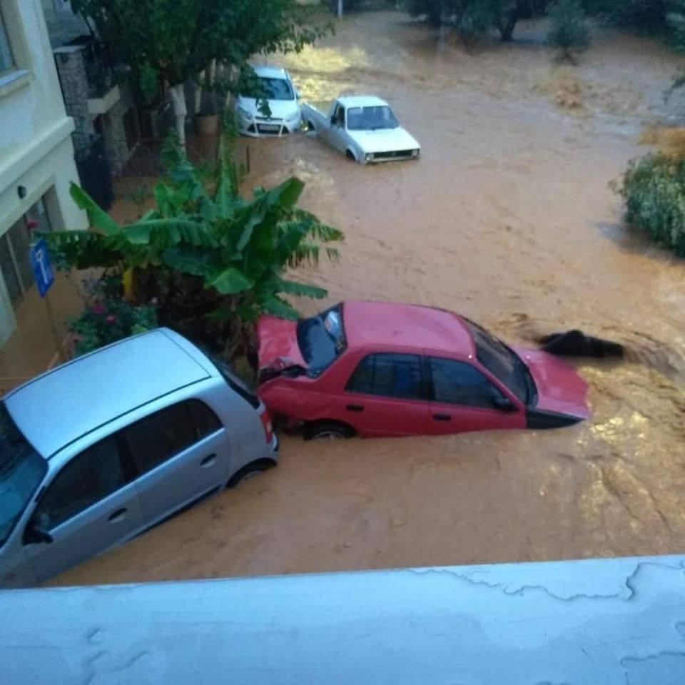 Το νερό κατάπιε τα αυτοκίνητα στα Αγριανά - Πηγή φωτο: Μετεωκρητες
