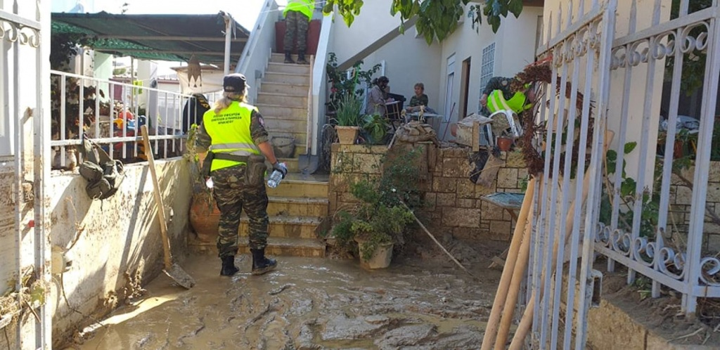 Η λάσπη έχει κατακλύσει πολλά σπίτια, ενώ όλος ο εξοπλισμός και οι οικοσκευές έχουν καταστραφεί.