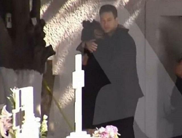 Γλυκα Νερα - ο πιλοτος στο μνημοσυνο παρηγορεί τη μητέρα της Καρολάιν