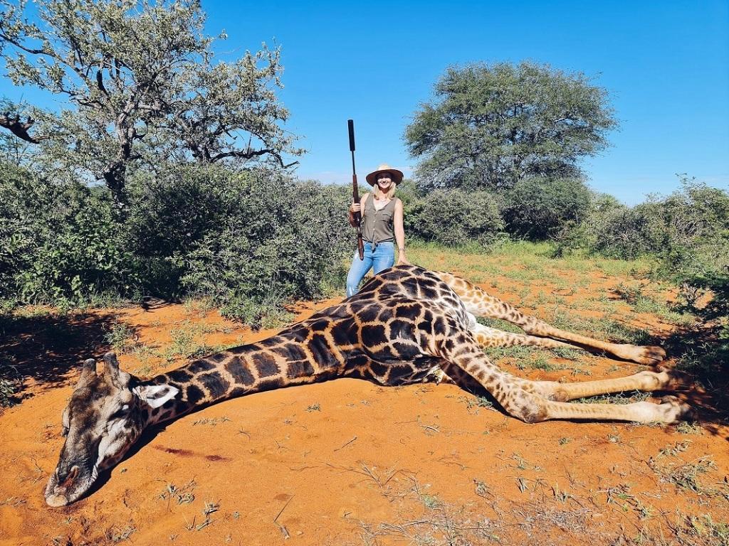 Η Van Der Merwe ποζάρει δίπλα στο άψυχο σώμα της καμηλοπάρδαλης