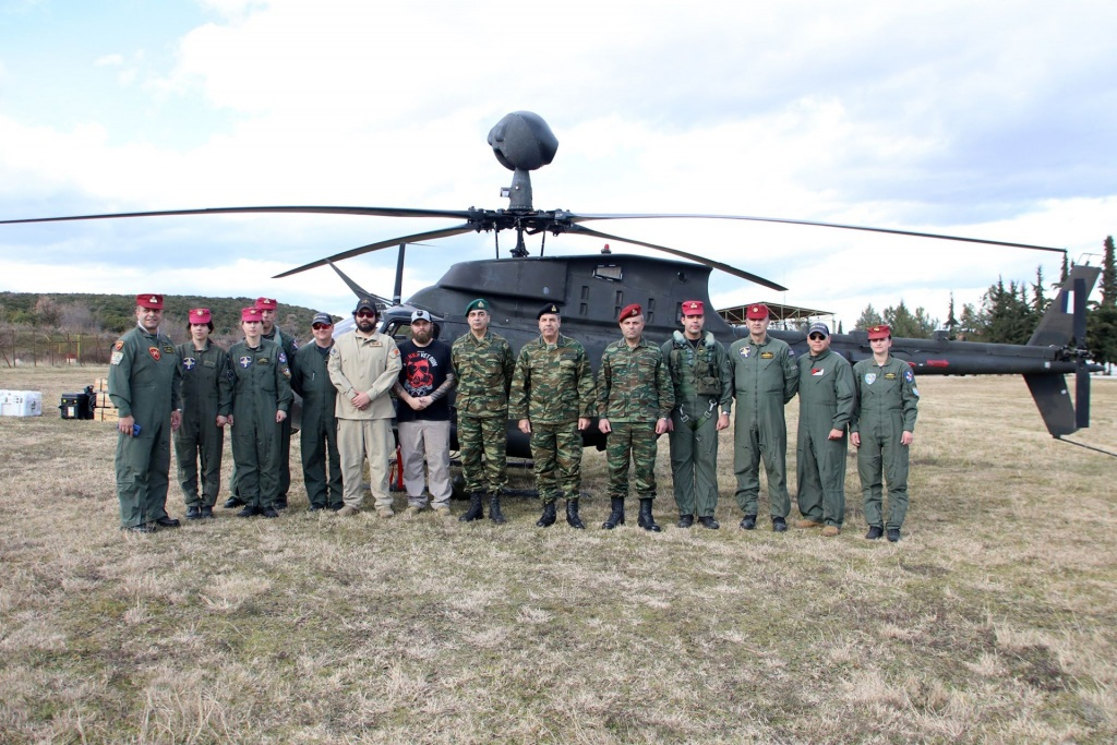 Το προσωπικό της Αεροπορίας Στρατού, μαζί με την ηγεσία.