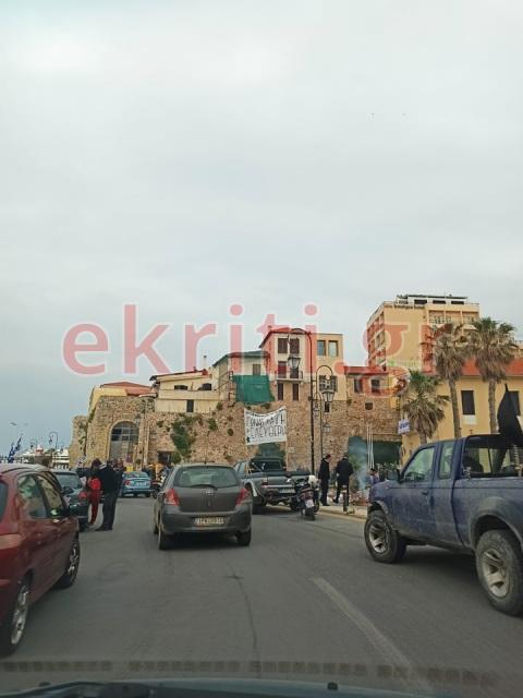 Με τρακτέρ και αγροτικά αυτοκίνητα η διαμαρτυρία στην Αποκεντρωμένη.