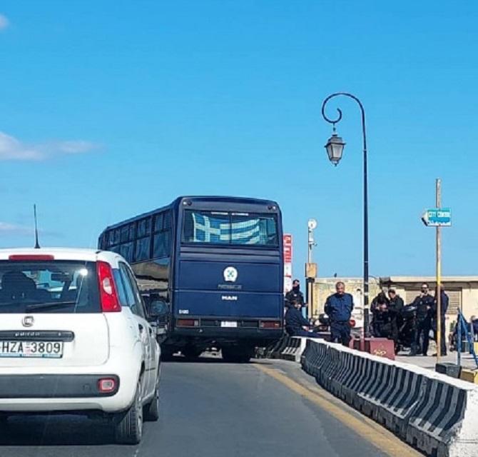 Αστυνομική δύναμη στην παραλιακή λεωφόρο και μέτρα επιτήρησης με φόντο την άφιξη του υπουργού στο Ηράκλει