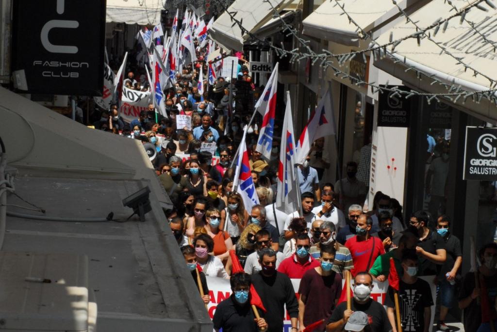 Πλήθος κόσμου στην πορεία του ΠΑΜΕ για τα εργασιακά