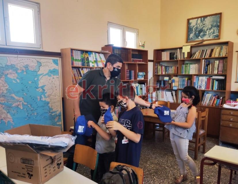 Ο Υφυπουργός Αθλητισμού μοίρασε αθλητικό υλικό στους μικρούς μαθητές