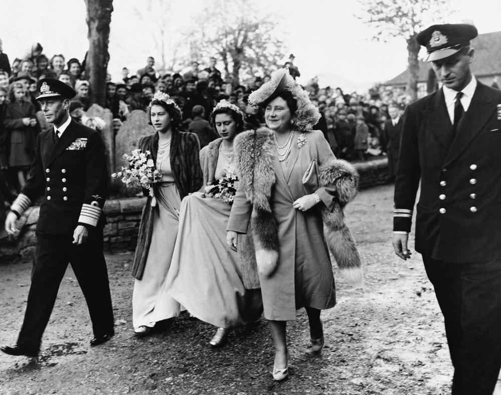 Η βασίλισσα Ελισάβετ σε έξοδό της συνοδευόμενη από τον πρίγκιπα Φίλιππο