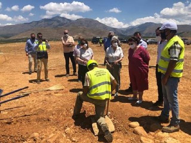 φωτογραφίες από την επίσκεψη της Υπουργού στο υπό κατασκευήν αεροδρόμιο.