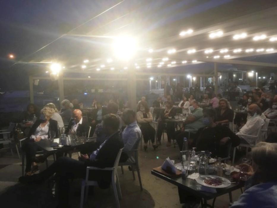 Το Καφέ Μαρίνα στο λιμάνι, γέμισε ασφυκτικά από κόσμο.