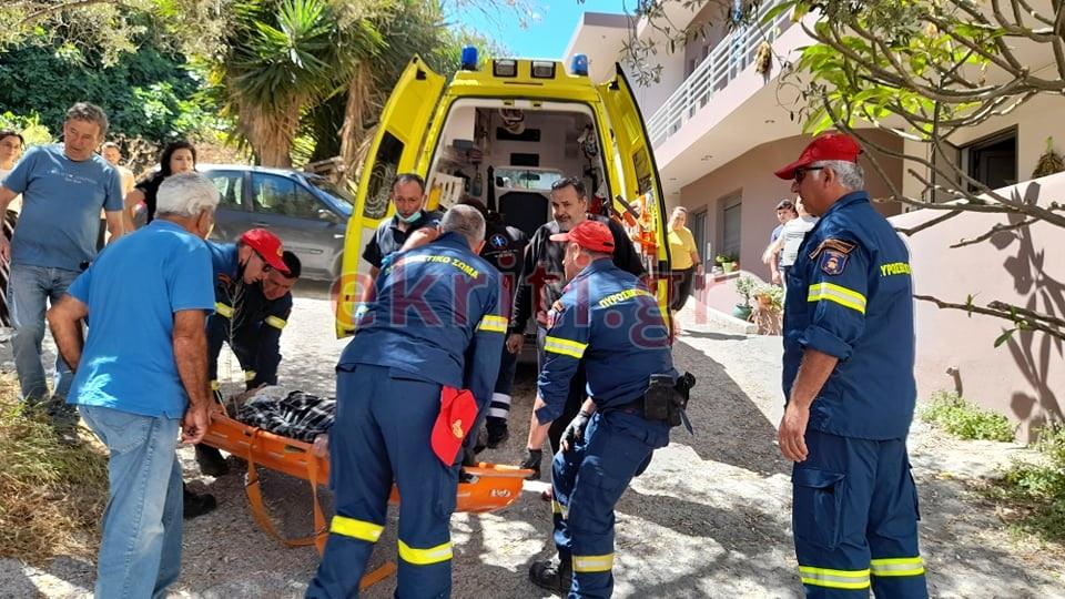 Πυροβέστες παρέλαβαν τον τραυματίας κόβοντας μια συκιά