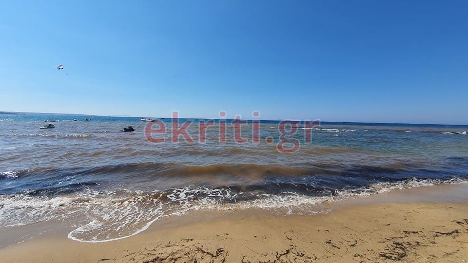 Τα λύματα κατέληξαν στη θάλασσα, με τους τουρίστες και όλους τους λουόμενους να απομακρύνονται άρον άρον...