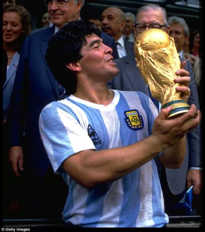 Ο Μαραντόνα με το Παγκόσμιο κύπελλο του 1986 που κατέκτησε η Αργεντινή