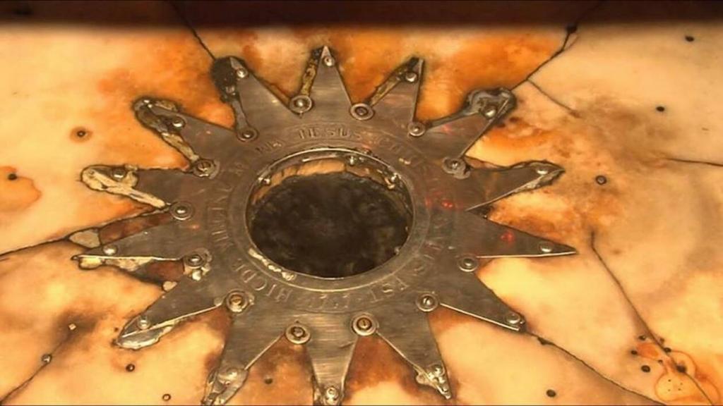 ασημένιο δεκατετράκτινο αστέρι που συμβολίζει το φωτεινό άστρο της γέννησης του Χριστού