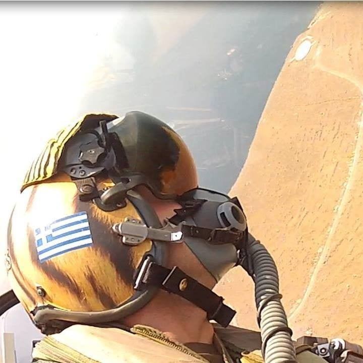 Ο Στέφανος Καραβίδας, πετά με F-16, πάνω από το μνημείο του Νίκου Σιαλμά.