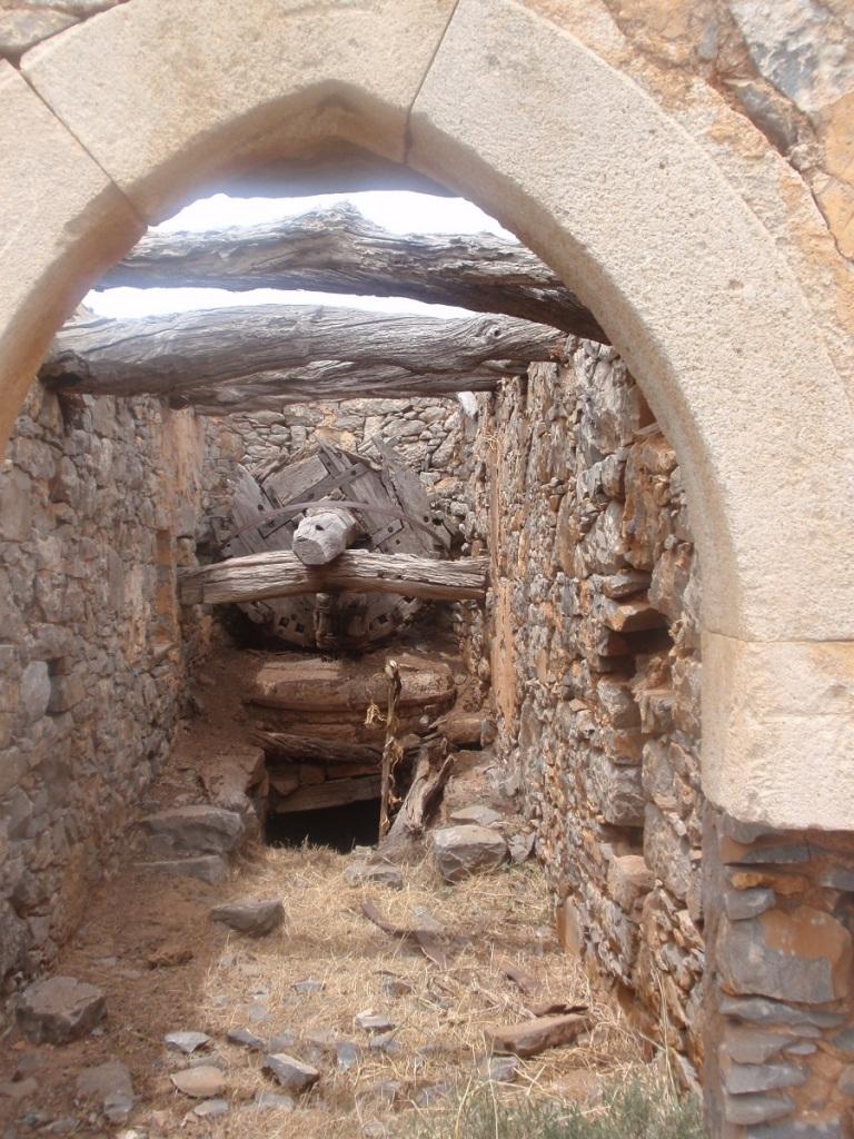Το εσωτερικό ενός εγκαταλειμμένου μύλου στο Μεραμπέλου