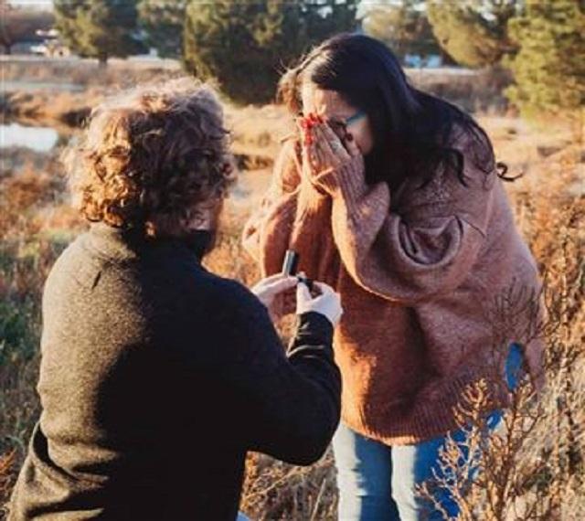 Ο Jamie Bassett ζητά από τη Stephanie Lynn Smith να τον παντρευτεί σε ένα χωράφι στο Lubbock του Τέξας.