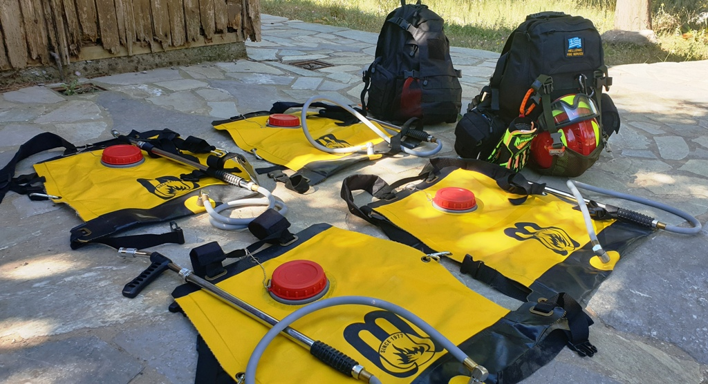 Οι επινώτιοι πυροσβεστήρες και τα Μέσα Ατομικής Προστασίας που χρησιμοποιούν οι έφεδροι.